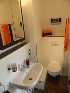 Toilette und Waschbecken