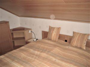 2 aneinandergestellte Betten